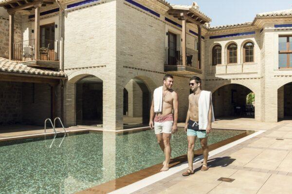 pareja piscina